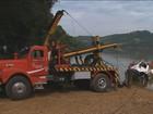 Após cair de balsa, caminhão é retirado do Rio Uruguai, no RS