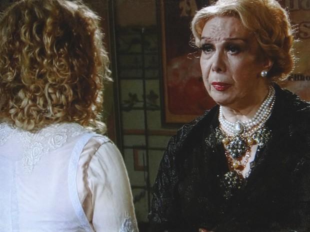Alzira fica impressionada com as palavras da filha (Foto: Lado a Lado / TV Globo)