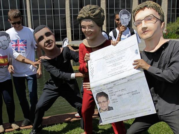 Cerca de 30 manifestantes promoveram nesta quinta-feira (13) um ato público no Palácio do Itamaraty, em Brasília, para pressionar o governo brasileiro a conceder asilo político ao ex-técnico da CIA Edward Snowden.  (Foto: Eraldo Peres/AP)