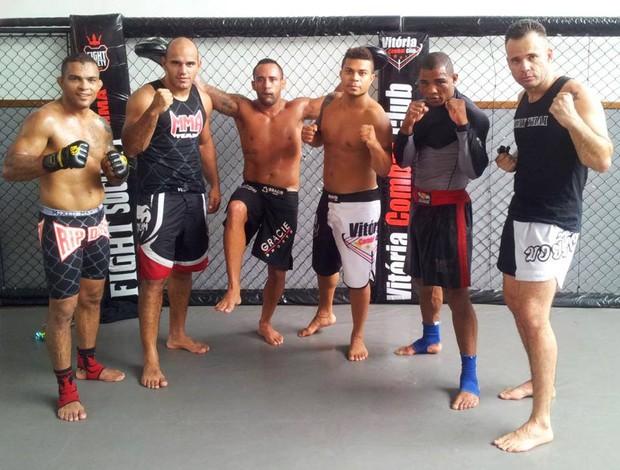Dudu Bastos (ao centro) com companheiros de treino na Vitória Combat Club, em Vila Velha (Foto: Rodrigo Marinho)