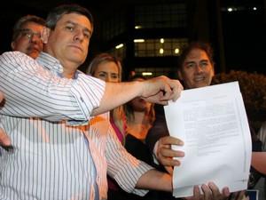 Advogado entrega para Bernal decisão do juiz sobre reintegração de posse (Foto: Juliene Katayama/G1 MS)