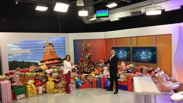 Estúdio do JA de Joinville ficou cheio de presentes (Foto: RBS TV/Divulgação)