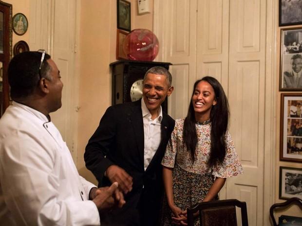Obama e a filha Malia dão risada enquanto Malia fala em espanhol com o dono de um restaurante em Havana (Foto: Pete Souza/ White House/ Facebook)