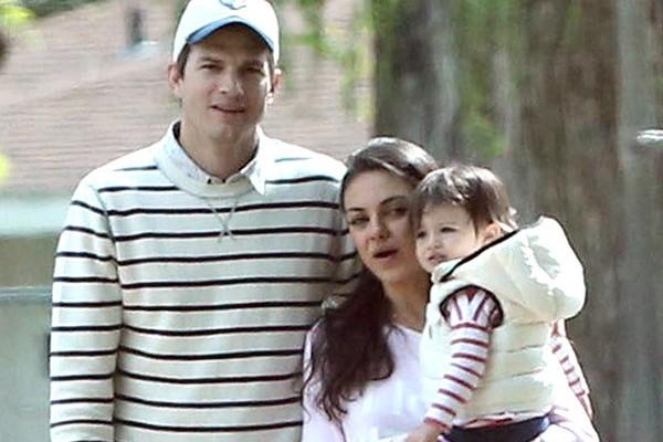 Ashton Kutcher e Mila Kunis passeando com sua filha (Foto: Divulgação)