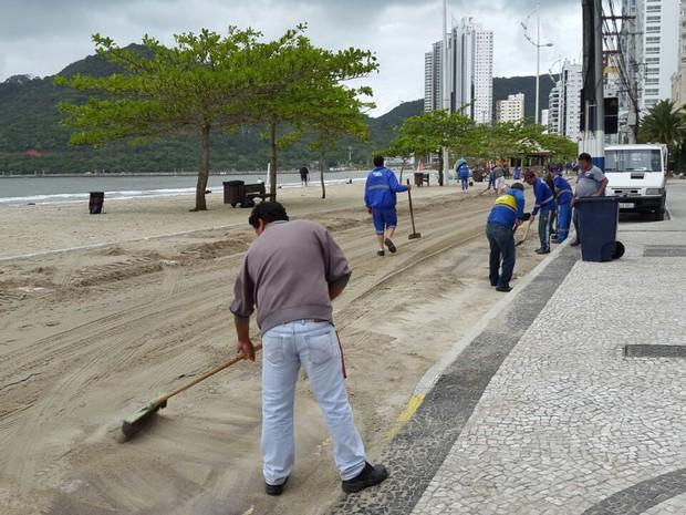 Operários removeram areia da Avenida Atlântica (Foto: Luiz Souza/RBS TV)