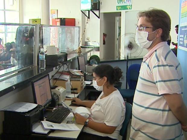 Funcionários da recepção usam máscara na UPA de Batatais, SP (Foto: Ronaldo Gomes/EPTV)