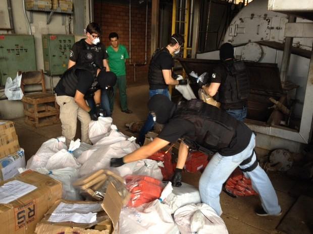 Denarc incinera 1,6 toneladas de drogas em Ponta Grossa (Foto: André Salamucha/RPC)