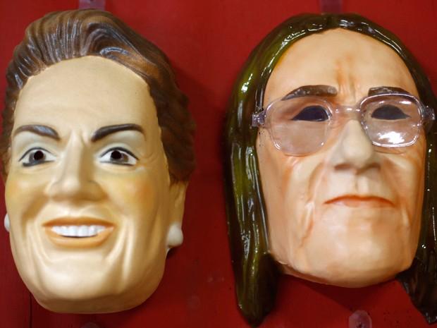 Máscaras inspiradas em Dilma Rousseff e Graça Foster (Foto: Reuters)