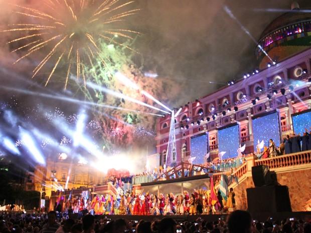 Espetáculo terminou com queima de fogos (Foto: Jamile Alves/G1 AM)