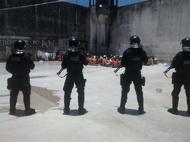 Grupo de Operações Especiais (GOE) da Secretaria de Justiça e Cidadania (Sejuc) participou da revista (Foto: GOE)