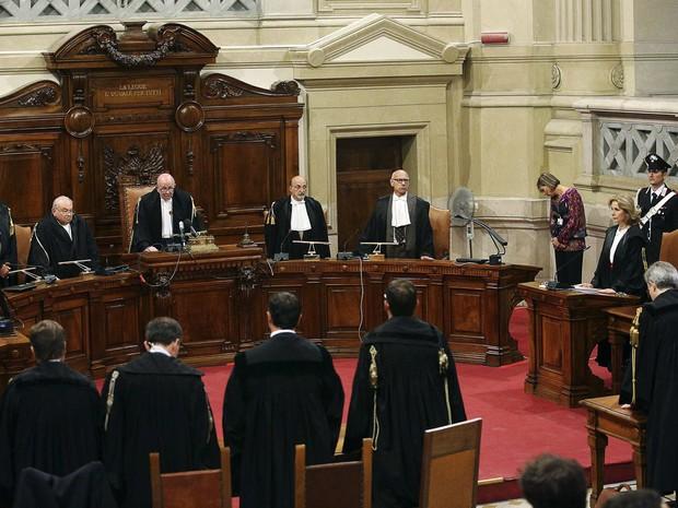 Chefe de Justiça Antonio Esposito lê o veredicto do julgamento. O tribunal da Itália manteve a sentença de prisão contra o ex-primeiro-ministro italiano Silvio Berlusconi.  (Foto: Alessandro Di Meo/Reuters)