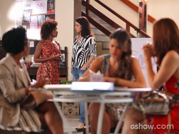 Alice conversa com pessoal da ONG e conta com apoio da família (Foto: Pedro Curi/ TV Globo)