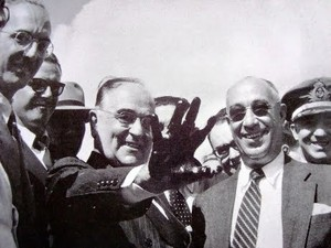 Vargas na inauguração da Petrobras (Foto: Reprodução)