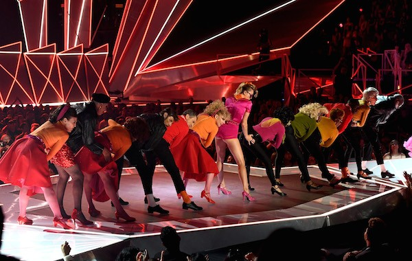 Miley Cyrus aperta as nádegas de uma dançarina no VMA 2017 (Foto: Getty Images)