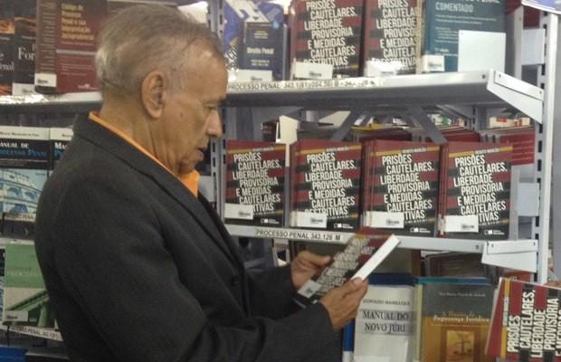 Aluno aplicado, Leon também se prepara para fazer o exame da OAB (Foto: Fernanda Borges/G1)