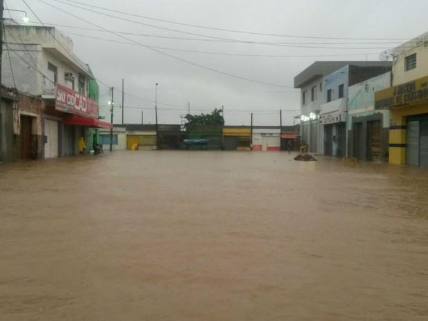 Parte do comércio da cidade de Xique-Xique foi invadido pela água (Foto: ireceon.com.br)