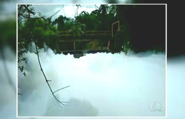 Rio Palmital contaminado por surfactantes em Luziânia, Goiás (Foto: Reprodução/TV Anhanguera)
