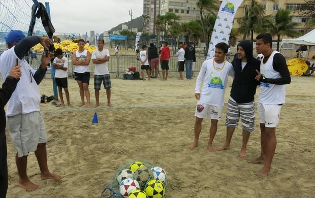 Belo e Vinicius, tiram fotos com fãs em evento de futevôlei, em Santos (Foto: Antonio Marcos)
