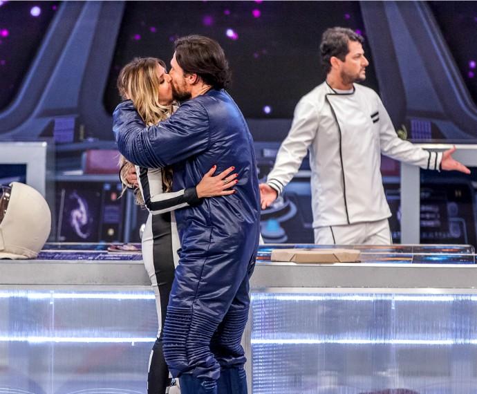 Personagem de Ricardo Macchi dá beijaço em Mariana Santos no Tomara que Caia (Foto: Artur Meninea/Gshow)
