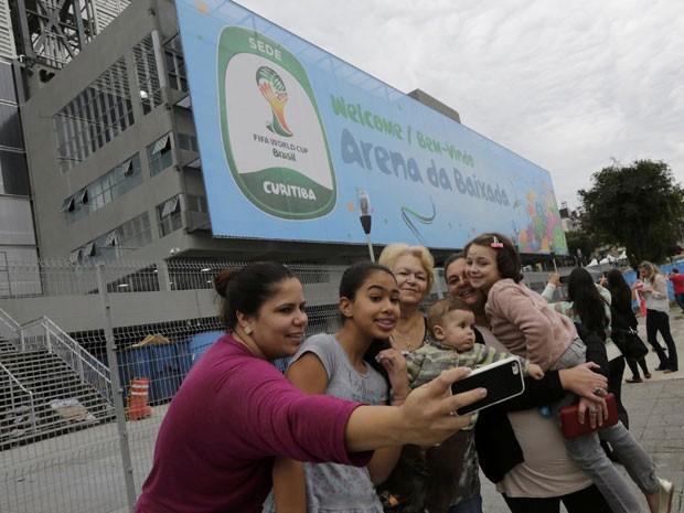 Turistas tiram selfie em frente à Arena da Baixada, em Curitiba (Foto: Henry Romero/Reuters)