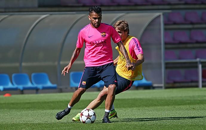 Daniel Alves treino Barcelona (Foto: Miguel Ruiz / Barcelona FC)