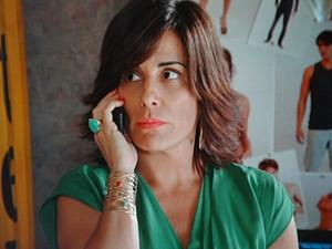 Roberta não suporta ver Analú agarrada em Nando (Foto: Guerra dos Sexos/ TV Globo)