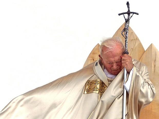 Papa João Paulo II celebra uma missa de beatificação em 1999 (Foto: Gabriel Bouys/AFP)