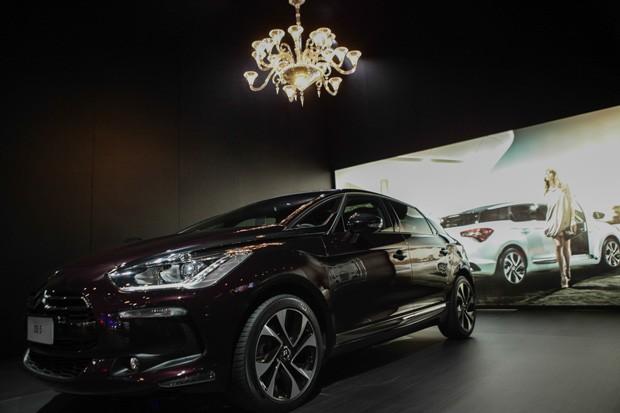 Exposto no Salão do Automóvel, DS 5 Faubourg Addict sai por menos do que lustre colocado acima do veículo (Foto: Caio Kenji/G1)