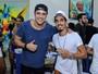 Joaquim Lopes e Pedro Scooby caem no samba na Beija-flor