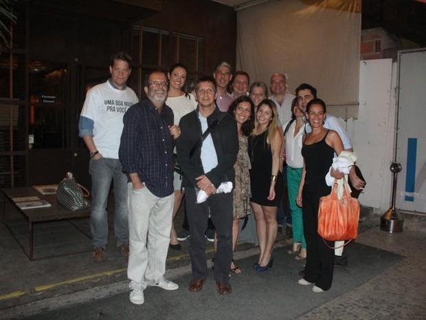 Patrícia Poeta e William Bonner com equipe do Jornal Nacional em restaurante na Zona Sul do Rio (Foto: Rodrigo dos Anjos/ Ag. News)