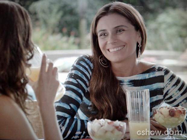 Clara adora a proposta de Marina (Foto: Em Família/ TV Globo)