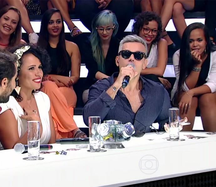 Otaviano Costa convence Flávia Alessandra a falar como bebê (Foto: TV Globo)