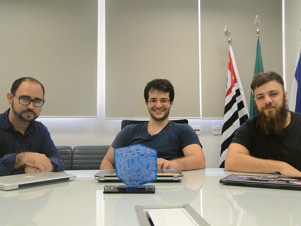 Equipe a esquerda para a direita: o relações públicas Thiado Rodriguez, ao lado do fundador Raulo Ferraz e Marco Rougeth, TI (Foto: Gabriela Castilho/G1)