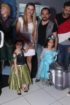Luciano, Flavia e as filhas  (Foto: Marcelo Brammer e Thiago Duran / AgNews)