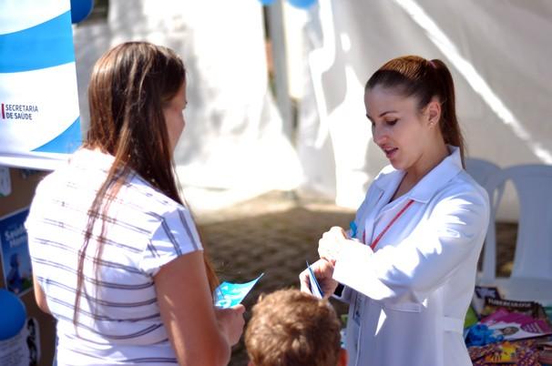 E ainda levamos profissionais da área de saúde para dar orientações à população (Foto: Roger Santmor/RPC)