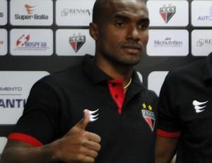 Leonardo, lateral-esquerdo do Atlético-GO (Foto: Divulgação/Atlético-GO)