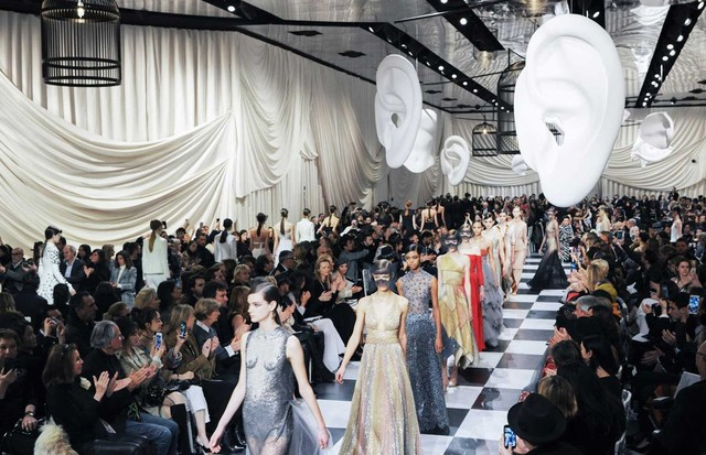 The Christian Dior Haute Couture collection for Spring/Summer 2018 re-imagined Dior's friendships with leading artists of the Surrealist movement (Foto: ADRIEN DIRAND)