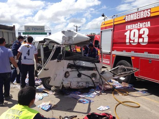 Kombi bateu frontalmente em caminhão na SC-410, em Tijucas (Foto: BOA/Divulgação)