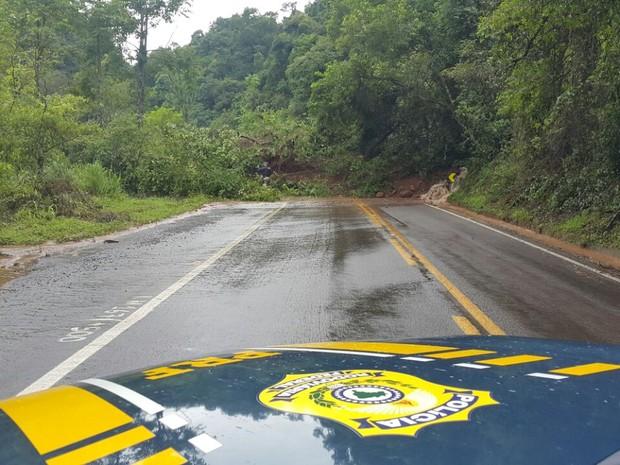 Houve queda de barreira no km 167 da BR-116 neste domingo (12) (Foto: PRF/Divulgação)