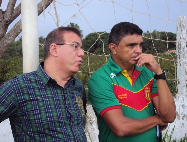 Técnico Flávio Araújo e presidente do Sampaio Sérgio Frota terão reunião  (Foto: Afonso Diniz/Globoesporte.com)
