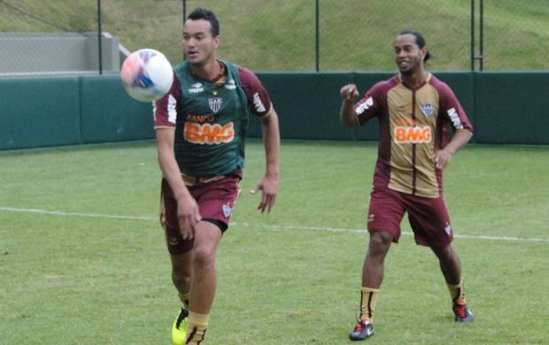 Rever e Ronaldinho Gaúcho treino Atlético-MG (Foto: Léo Simonini)