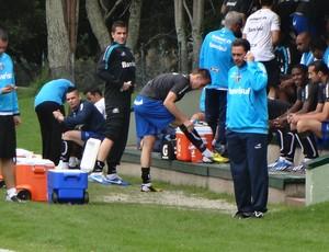 Luxa atende telefonema antes de treino do Grêmio em Bogotá (Foto: Hector Werlang/Globoesporte.com)