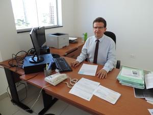 Promotor de Justiça Mário Coimbra, em nova sala no MPE  (Foto: Valmir Custódio/G1)