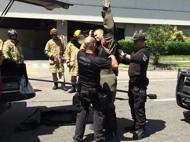 Agente veste roupa especial para retirar granada da porta do Fashion Mall (Foto: Cristina Boeckel / G1)
