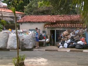 Morador acumula lixo em calçada de rua de Campinas (Foto: Reprodução EPTV)