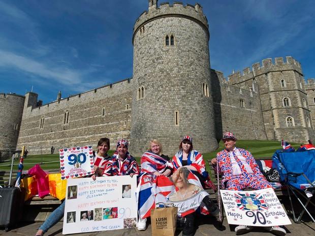 Apoiadores da rainha Elizabeth II exibem cartazes de feliz aniversário nesta quarta-feira (20) em Windsor, na esperança de ver a rainha na véspera de seu aniversário (Foto: JUSTIN TALLIS / AFP)