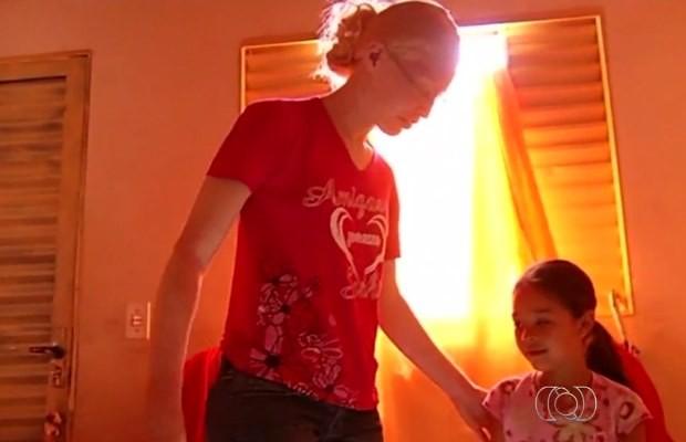 Mulher albina depende de benefício do INSS para sobreviver em Rio Verde, Goiás (Foto: Reprodução/ TV Anhanguera)