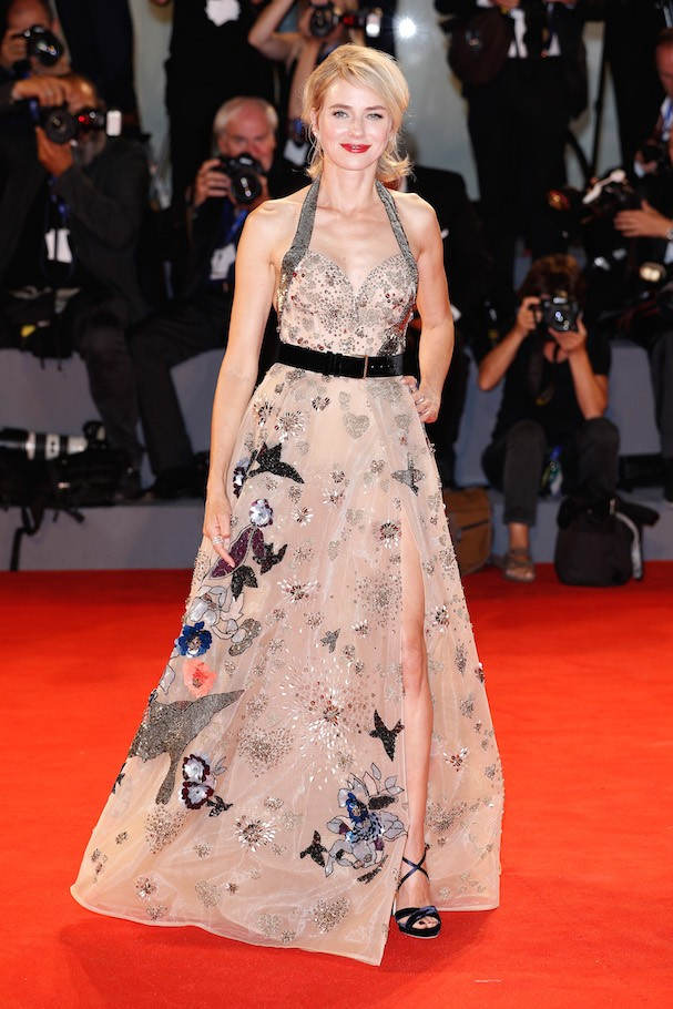 Naomi Watts no tapete vermelho (Foto: Getty Images)
