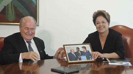 Joseph Blatter, presidente da Fifa, e Dilma Rousseff (Foto: Wilson Dias / Agência Brasil)