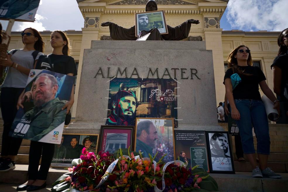 Pessoas deixam flores e imagens de Fidel Castro em um memorial um dia após sua morte em Havana, Cuba  (Foto: Ramon Espinosa/AP)